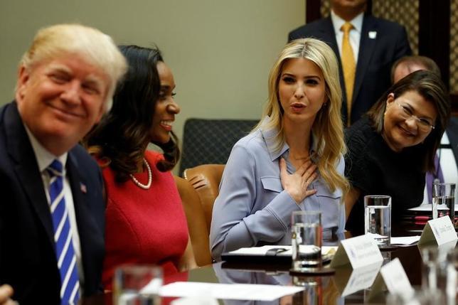 3月29日、トランプ米大統領の長女のイバンカ・トランプ氏(35、写真左から3番目)は、無給で非公式の大統領顧問として、ホワイトハウスで勤務すると発表した。写真は左端はトランプ米大統領。ワシントンのホワイトハウスで27日撮影(2017年 ロイター/Jonathan Ernst)