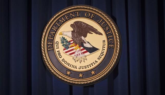 3月29日、米連邦検察当局は、中国の情報機関員と接触したことを報告せず、米当局の外交情報の提供などと引き換えに金品を受け取ったとして米国務省の女性職員、キャンダス・クレイボーン容疑者(60)を訴追したことを明らかにした。写真は米司法省のロゴ。ニューヨークで2013年12月撮影(2017年 ロイター/Carlo Allegri)