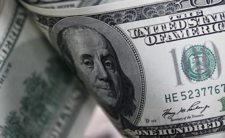 资料图片:2011年2月,百元面值的美元纸币。REUTERS/Lee Jae-Won