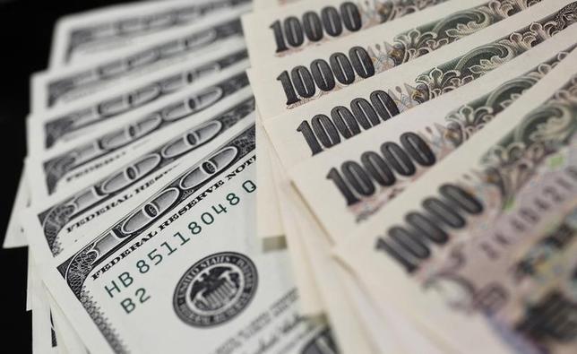 3月30日、午後3時のドル/円は、前日ニューヨーク午後5時時点に比べ、若干ドル高/円安の111円前半。正午過ぎに日銀副総裁の発言が伝わったのと同じタイミングでドルが反落に転じたが、因果関係は薄いとみられる。写真は都内で2011年8月撮影(2017年 ロイター/Yuriko Nakao )