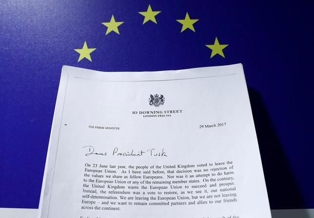 3月29日、英国のメイ首相がトゥスクEU大統領に提出したEU離脱の正式通知は全体が建設的なトーンである一方、厳しい要求も突き付けている。写真は書簡のコピー。ブリュッセルで撮影(2017年 ロイター/Yves Herman/Photo illustration)