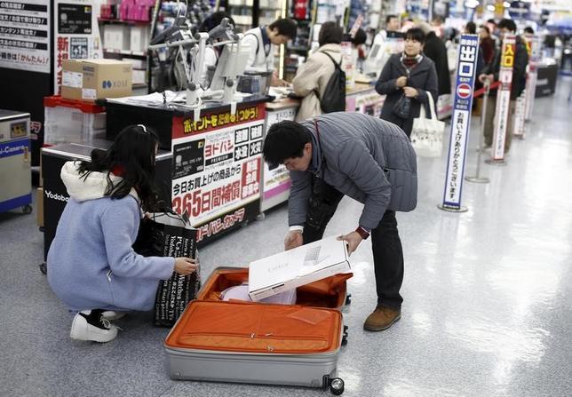 3月30日、政府内で中国人観光客のビザ要件緩和策が、浮上している。有効期間中に何度も訪日できる「数次ビザ」の年収制限について、現在の実質400万円程度から300万円程度まで引き下げる方向で検討が始まった。写真は都内の家電量販店で2016年2月撮影(2017年 ロイター/Thomas Peter)