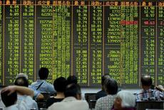 Inversionistas miran la información de las acciones en una placa electrónica en una correduría en Hangzhou, China. 25 de agosto 2015.Los principales índices bursátiles de China anotaron el jueves su cuarta sesión consecutiva de caídas, luego de que las preocupaciones sobre la liquidez se acentuaron por unas restricciones a la inversión inmobiliaria.  REUTERS/Stringer