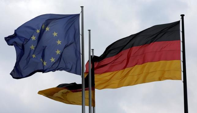 3月30日、ドイツの3月CPIは前年同月比1.5%上昇と、前月から伸びが大幅に縮小した。写真は2016年6月、ベルリンで撮影されたドイツ国旗とEU旗。(2017年 ロイター/Fabrizio Bensch)