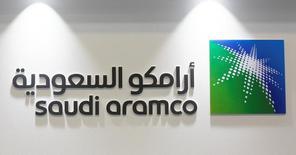 El logo de Saudi Aramco en una conferencia en Manama, mar 7, 2017. Saudi Aramco escogió formalmente a los bancos JPMorgan Chase & Co, Morgan Stanley y HSBC como los asesores financieros internacionales para su oferta pública inicial de acciones, dijeron a Reuters fuentes cercanas al asunto.  REUTERS/Hamad I Mohammed