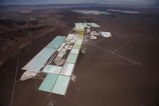 Vista aérea de piscinas para procesar litio de Rockwood en Atacama, Chile. 10 de enero de 2013. Chile convocó el jueves a empresas locales y extranjeras para que participen en una licitación para la inversión y desarrollo de productos vinculados al litio, en un intento por expandir el negocio más allá de la sola explotación del recurso. REUTERS/Ivan Alvarado