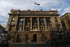 La sede del Banco de México en Ciudad de México, ene 23, 2015. El banco central de México aumentó el jueves en 25 puntos base su tasa de interés clave, a 6.50 por ciento, para evitar contagios al proceso de formación de precios, anclar las expectativas de inflación y tomando en cuenta una medida similar por parte de la Reserva Federal.     REUTERS/Edgard Garrido (MEXICO - Tags: BUSINESS)