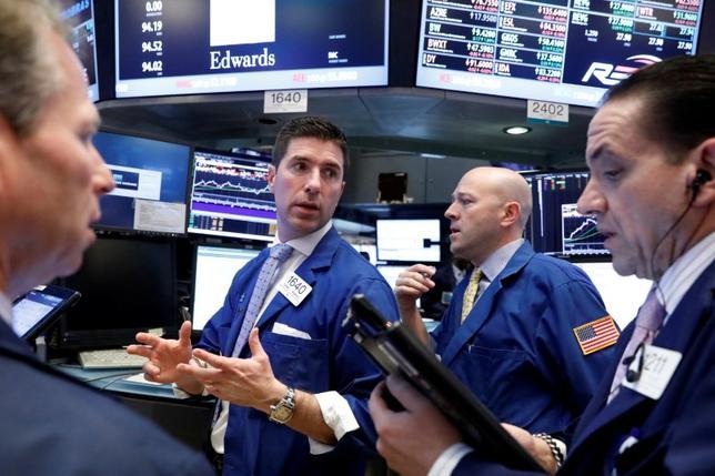 3月30日、米国株式市場は主要株価指数が上昇して取引を終えた。堅調な個人消費に支えられて2016年第4・四半期の米国内総生産(GDP)確報値が上方改定されたことを背景に、金融株が買われて相場をけん引した。ニューヨーク証券取引所で29日撮影(2017年 ロイター/Brendan McDermid)