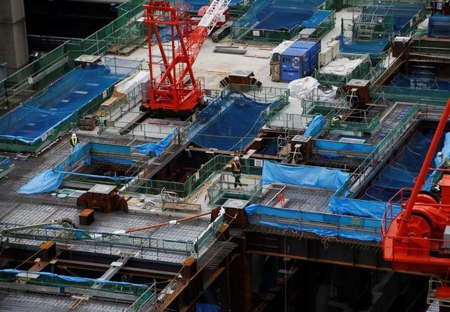 3月31日、経済産業省が発表した2月鉱工業生産指数速報は前月比2.0%上昇となった。2カ月ぶりに上昇した。ロイターの事前予測調査では前月比1.2%上昇と予想されていたが、発表数値は予想を上回った。写真は都内の建設現場、23日撮影(2017年 ロイター/Kim Kyung-Hoon)