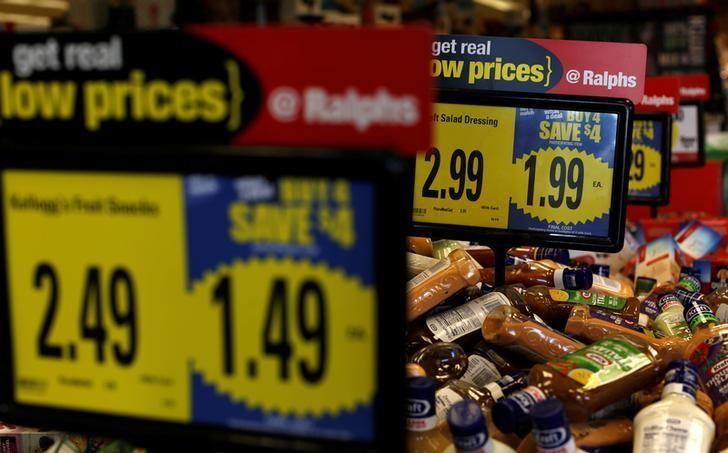 资料图片:2016年12月,美国加州Pasadena一家Ralphs杂货店内的价签。REUTERS/Mario Anzuoni