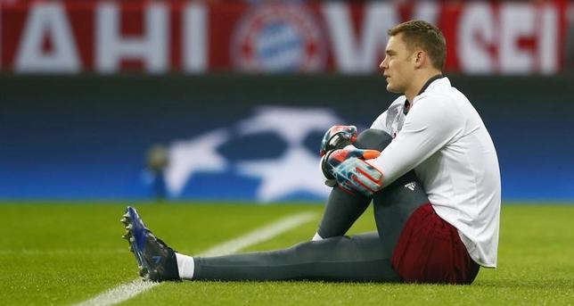 3月30日、サッカーのドイツ1部ブンデスリーガ、バイエルン・ミュンヘンは、GKマヌエル・ノイアーが故障により2試合欠場する見込みであると発表した。2月撮影(2017年 ロイター)