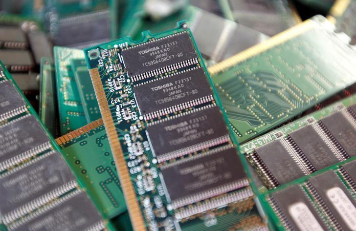 Toshiba's used-memory chips are seen at an electronics shop in Tokyo November 9, 2010. REUTERS/Kim Kyung-Hoon/Files