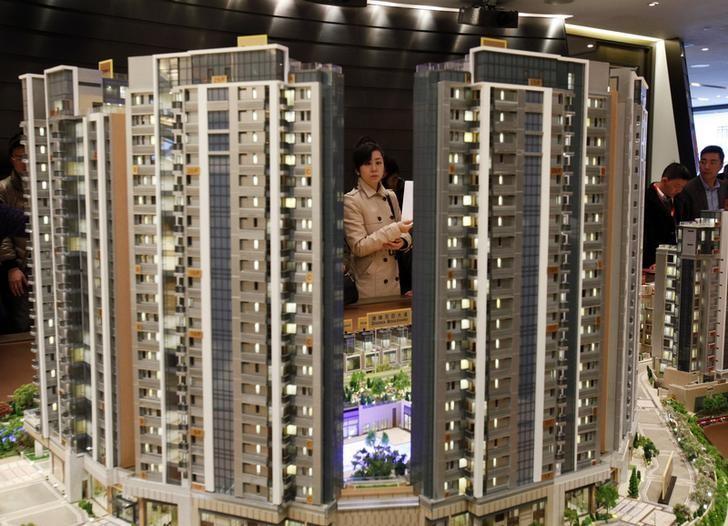 资料图片:2014年2月,香港新鸿基地产开发楼盘销售现场的一名潜在购房者。REUTERS/Bobby Yip