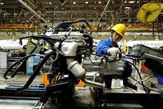 En la imagen de archivo, un empleado trabaja en una línea de producción de una fábrica de automóviles en Qingdao, Shandong, China, el 1 de marzo de 2016.La actividad del sector manufacturero de China creció en marzo a su mayor ritmo en casi cinco años, lo que se suma a la evidencia de que la segunda economía más grande del mudo ganó impulso a comienzos del 2017, mostró el viernes un sondeo oficial. REUTERS/Stringer