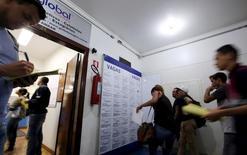 Personas miran ofertas de empleo en el centro de Sao Paulo, Brasil. 14 de marzo 2016.  La tasa de desempleo en Brasil subió más de lo esperado en febrero y alcanzó un nuevo récord, según datos oficiales divulgados el viernes, que mostraron que 13,5 millones de personas están sin trabajo a raíz de la peor recesión de la historia del país sudamericano.REUTERS/Paulo Whitaker - RTSBZFB
