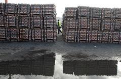 Un guardia de seguridad pasa junto a unas barras de cobre en el puerto chileno de Valparaíso, jun 29, 2009. El cobre cayó un 1 por ciento el viernes debido a que el final de una huelga en la mayor mina del metal en Perú redujo el temor a un desabastecimiento que ha sido su impulso este trimestre, pero el declive fue limitado por datos positivos de China.  REUTERS/Eliseo Fernandez/File Photo