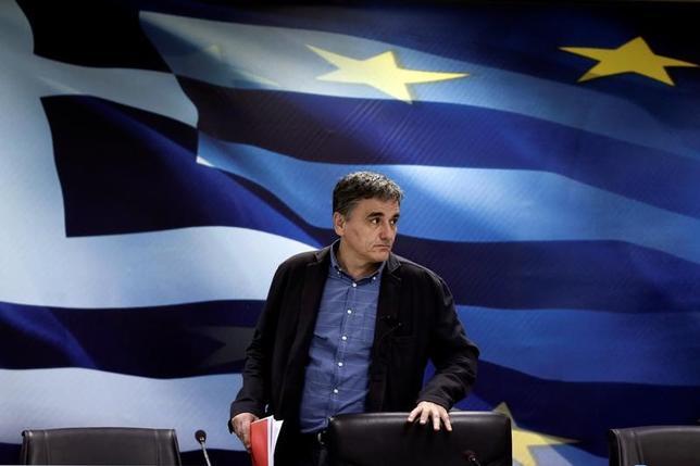 3月31日、政府当局者によると、ユーロ圏の財務次官らは、ギリシャへの追加融資を巡り同国と交渉しているEUとIMFの代表団に対し、交渉を継続するよう要請した。ギリシャのツァカロトス財務相、アテネで先月30日撮影(2017年 ロイター/Alkis Konstantinidis)