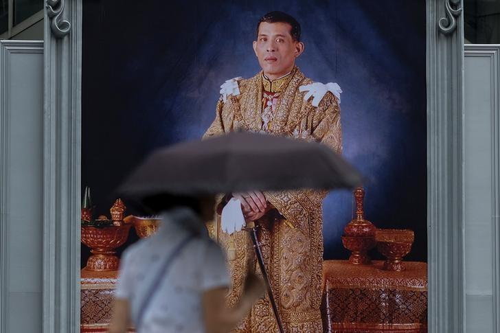 A woman walks past a portrait of Thailand's King Maha Vajiralongkorn Bodindradebayavarangkun at a department store in central Bangkok, Thailand January 13, 2017. REUTERS/Athit Perawongmetha/File Photo