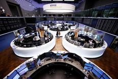 En la imagen, operadores en la Bolsa de Fráncfort, el 1 de marzo de 2017.Las bolsas europeas avanzaban el lunes con unas ganancias amplias impulsadas por las materias primas, mientras que las acciones de la compañía británica Imagination Tech se desplomaban un 70 por ciento al perder a su mayor cliente, Apple.  REUTERS/Ralph Orlowski