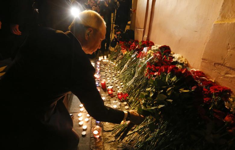 2017年4月3日,俄罗斯圣彼得堡,俄罗斯总统普京在发生爆炸事件的地铁站外献花悼念遇难者,此次事件导致11人丧生。 REUTERS/Grigory Dukor
