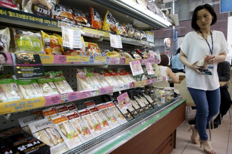 A woman shops for food at a convenience store in Seoul, South Korea, August 21, 2015.  REUTERS/Kim Hong-Ji/File Photo