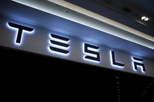 4月3日、電気自動車(EV)メーカー大手の米テスラ株価が、過去最高値を更新した。写真は同社のロゴ。韓国の河南で昨年12月撮影(2017年 ロイター/Kim Hong-Ji)