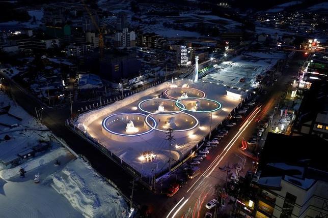 4月3日、北米アイスホッケーリーグ(NHL)は、同リーグに所属する選手を2018年平昌冬季五輪に派遣しない意向を発表した。写真は氷で彫刻された五輪マーク。韓国の平昌で2月撮影(2017年 ロイター/Kim Hong-Ji)