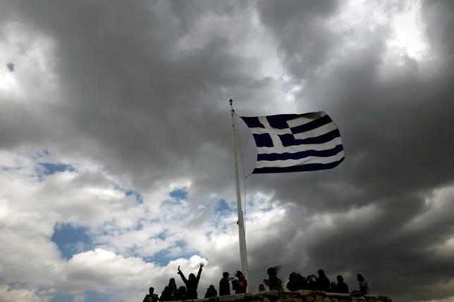 4月3日、ギリシャは、第4次となる新たな支援の枠組みが恐らく必要になるだろう。写真は同国の国旗。アテネで2015年3月撮影(2017年 ロイター/Alkis Konstantinidis)