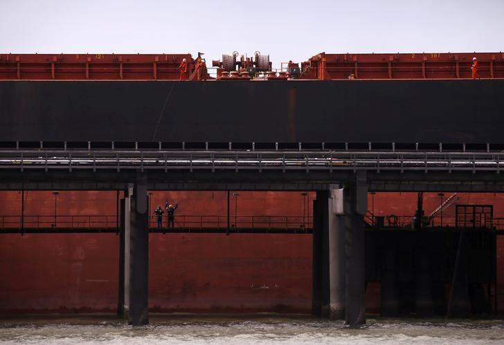 资料图片:2015年6月,澳洲昆士兰州,运煤的货轮。REUTERS/David Gray