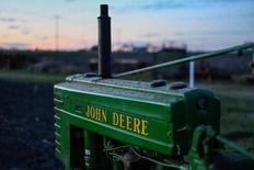 IMAGEN DE ARCHIVO: Un tractor modelo 1941 es fotografiado en una granja en Hutto, Texas, Estados Unidos. 16 de febrero 2017. Los agricultores de Argentina han sido energizados por las nuevas políticas fiscales y comerciales del país austral, lo que prepara el terreno para una mayor plantación de granos y más inversiones, dijo el lunes a Reuters un jefe de la unidad local de la empresa de maquinaria agrícola Deere & Co. REUTERS/Mohammad Khursheed - RTSZ6LN