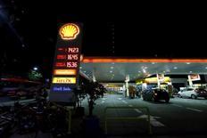 """Un estación de servicios Shell en Buenos Aires, Argentina. 3 de febrero 2016.El precio de la gasolina en Argentina bajará un 0,1 por ciento y el del gasoil un 2,6 por ciento en las próximas horas, dijo el lunes el ministro de Energía, Juan José Aranguren. REUTERS/Enrique Marcarian    SEARCH """"THE WIDER IMAGE"""" FOR ALL STORIES - RTS98SM"""