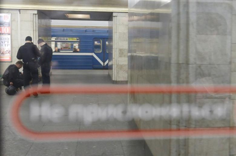 Police officers are seen through the window of a train at Sennaya Ploshchad metro station which was closed over an anonymous call of a bomb threat after the deadly blast in the underground, in St. Petersburg, Russia, April 4, 2017.  REUTERS/Grigory Dukor