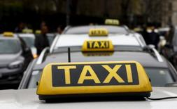 Такси в Вене. 1 апреля 2016 года. Концерн Daimler, материнская компания автопроизводителя Mercedes-Benz, и поставщик автомобильных комплектующих Robert Bosch объединяются для разработки самоуправляемых автомобилей, рассчитывая главным образом ускорить производство такси-роботов. REUTERS/Leonhard Foeger