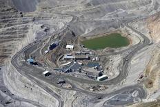Una vista aérea a la mina Los Bronces, cerca de Santiago, Chile. 17 de noviembre 2014.La minera global Anglo American espera una producción estable de su unidad chilena de cobre Los Bronces en 2017 tras un magro desempeño el año anterior, aunque vería un repunte en los dos cursos siguientes, dijo a Reuters el jefe de cobre de la compañía, Hennie Faul.  REUTERS/Ivan Alvarado/File Photo - RTX2QRDV