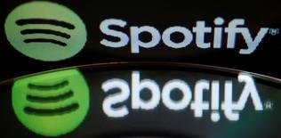 Ilustración fotográfica donde se aprecia el logo de Spotify junto a un disco compacto, feb 18, 2014. El servicio de reproducción de música por Internet Spotify anunció el martes la firma de un acuerdo global de licencias por varios años con Universal Music Group (UMG).  REUTERS/Vincent Kessler/File Photo