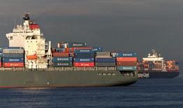 Imagen de archivo de unos barcos cargueros anclados a las afueras del puerto de Seattle, EEUU, oct 2, 2002. El déficit comercial de Estados Unidos se redujo más de lo esperado en febrero, debido a que las exportaciones aumentaron a un máximo de dos años y porque una menor demanda interna contuvo las importaciones.  REUTERS/Anthony P. Bolante