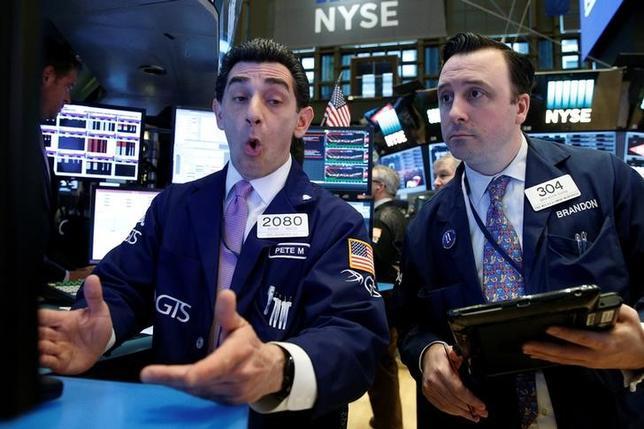 4月4日、米国株式市場は主要株価指数がほぼ横ばいで終了。企業の第1・四半期決算発表シーズンを前に積極的な取引は手控えられたほか、トランプ米大統領の税制改革などの公約を実行する能力を巡って懸念が広がった。NYSEで撮影(2017年 ロイター/Brendan McDermid)