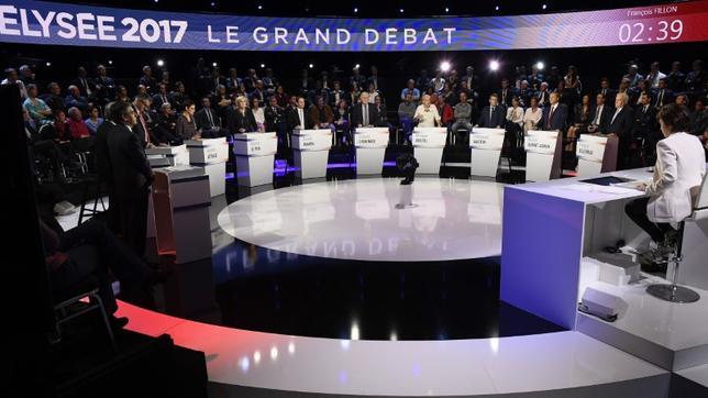 4月4日、仏大統領選の候補者はテレビ討論会を行い、支持率で先頭を走る中道系独立候補のマクロン前経済相と極右政党・国民戦線のルペン党首が保護主義などについて激しい論戦を戦わせた(2017年 ロイター/Lionel Bonaventure)