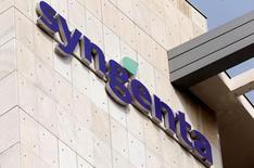 En la imagen, el logo de  Syngenta en su sede en Basilea, Suiza, el 22 de julio de 2016.  Los reguladores de competencia de la UE aprobaron el miércoles la oferta de 43.000 millones de dólares de ChemChina por el grupo de pesticidas y semillas suizo Syngenta, después de que la compañía china aceptó vender activos para atajar preocupaciones de competencia.REUTERS/Arnd Wiegmann
