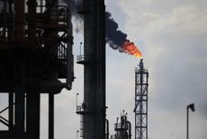 Quema de exceso de gas natural en la refinería Tula en México. 21 de noviembre de 2013. La estatal mexicana Pemex dijo el miércoles que la fiscalía general llamó a comparecer en calidad de testigos a funcionarios y ex funcionarios de la empresa, como parte de las pesquisas que se realizan en torno al escándalo de pagos de sobornos, en una docena de países, de la brasileña Odebrecht  REUTERS/Henry Romero
