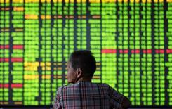 Un inversor mira una pantalla con información bursátil, en una correduría en Hangzhou, China. 12 de septiembre de 2016.Las acciones chinas extendían sus ganancias el jueves, para tocar un máximo en 4 meses luego de que los inversores continuaron comprando acciones que podrían beneficiarse de la puesta en marcha de una nueva zona económica cerca de Pekín. China Daily/via REUTERS