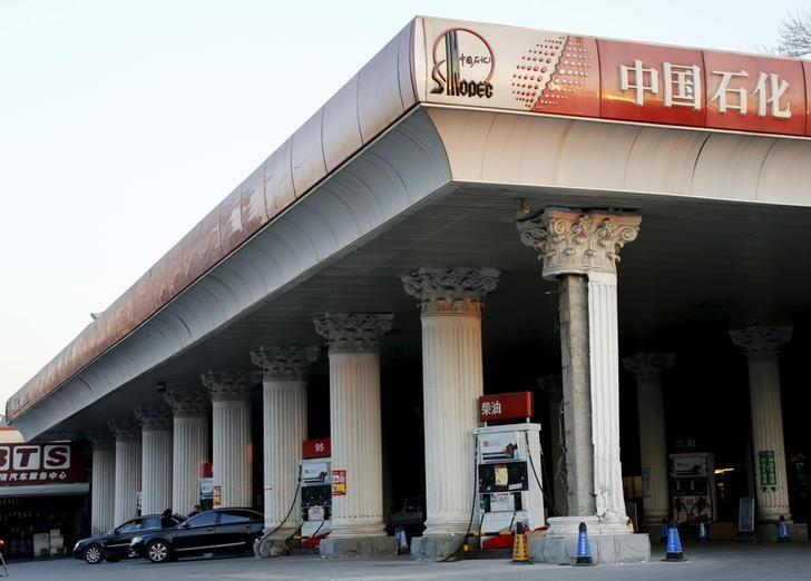 Cars wait to take on fuel at a Sinopec gas station in Beijing, China, February 3, 2016. REUTERS/Kim Kyung-Hoon