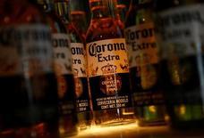 Imagen de archivo de unas botellas de cerveza Corona en un restaurante en Ciudad de México, ene 27, 2017. Constellation Brands Inc, la tercera mayor cervecera de Estados Unidos, reportó ventas y ganancias trimestrales mejores a las previstas, gracias a una demanda sólida por marcas premium como Corona y Ballast Point, y previó que para 2018 los beneficios serían mejores a los proyectados.  REUTERS/Henry Romero