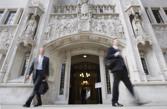 4月6日、英最高裁判所は、2015年4月に学期中にもかかわらず当時6歳の娘を学校の意向に反して米国のディズニーワールドを訪れる旅行に連れて行った父親の行為は違法、との判断を下した。保護者は学校の規則に準じて行動すべきと言い渡した。写真は2009年9月撮影の最高裁判所(2017年 ロイター/Andrew Winning)