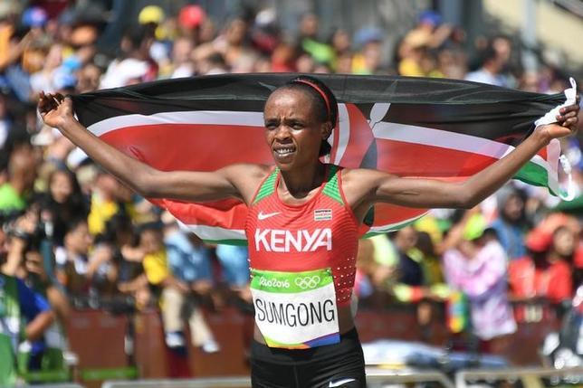 4月6日、国際陸連(IAAF)は、昨年のリオデジャネイロ五輪の女子マラソンでケニア人女性初の金メダルを獲得したジェミマ・スムゴングの検体からエリスロポエチン(EPO、赤血球生成促進剤)の陽性反応が出たことを発表した。2016年8月のリオ五輪で撮影(2017年 ロイター/Johannes Eisele)