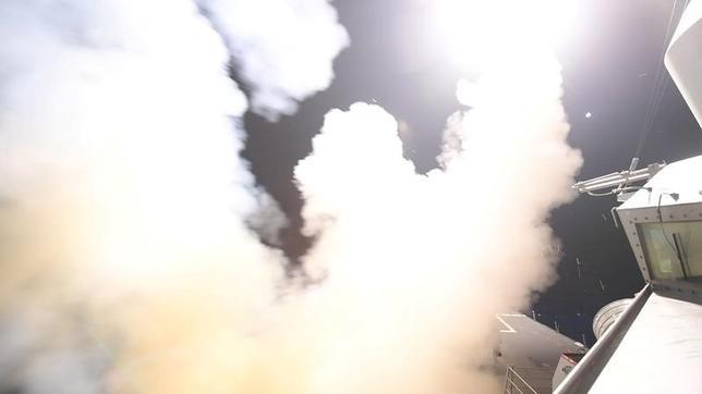 4月6日、米軍が行ったシリア軍基地へのミサイル攻撃について、米国防当局者は「1度限り」と述べ、現時点では第2弾の攻撃を行う公算は小さいことを示唆した。写真は米国によるシリアへのミサイル攻撃。提供写真(2017年 ロイター/U.S. Navy)