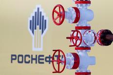 IMAGEN DE ARCHIVO: El logo de la compañía petrolera rusa, Rosneft, en Rusia. 26 de enero 2016. El ministro de Energía de Rusia, Alexander Novak, dijo el viernes que era prematuro decir si un acuerdo global de reducción de la producción petrolera debería extenderse al segundo semestre del año. REUTERS/Sergei Karpukhin/File Photo