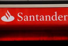 En la imagen, el logo de Santander en una sucursal en Londres, Reino Unido, el 14 de febrero de 2012.  Banco Santander tiene intención de abordar los controles de riesgos y avanzar en su agenda regulatoria en Estados Unidos este año para mejorar la rentabilidad de la filial, dijo el viernes el consejero delegado del grupo español.  REUTERS/Luke MacGregor/File Photo