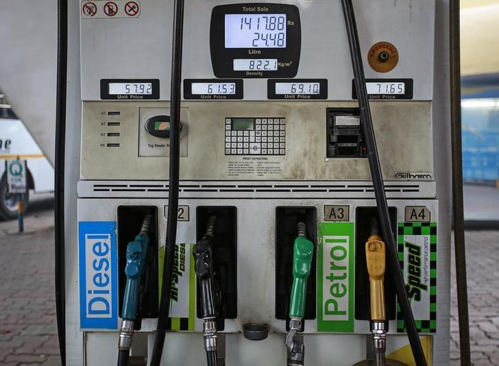 Fuel pumps are seen at a Bharat Petroleum gas station in Mumbai January 12, 2015. Picture taken January 12, 2015.    REUTERS/Danish Siddiqui/Files
