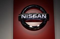 El logo de Nissan en un salón de exhibiciones en Tokio, feb 9, 2017. La industria automotriz necesita de mejoras en la logística para ser más competitiva y poder exportar a nuevos mercados, más allá del bloque comercial Mercosur, dijo a Reuters José Luis Valls, presidente ejecutivo de Nissan para América Latina.  REUTERS/Toru Hanai